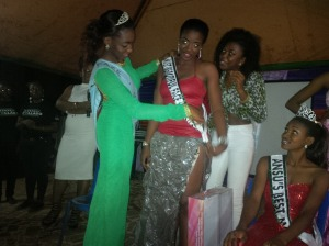 Chika presenting price of 1st runner up